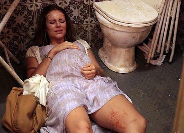 Numa das cenas mais inacreditáveis da história da teledramaturgia nacional,  Paloma dá à luz uma menina no banheiro imundo de um boteco