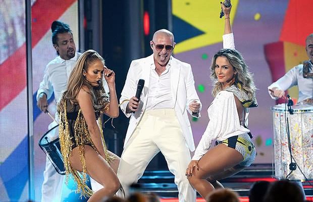 Jennifer Lopez se apresenta com o rapper Pitbull. A alta credibilidade artística da dupla credenciou-os a integrar,  junto à brasileira Cláudia Leitte, o trio de cantores da música oficial da Copa do Mundo