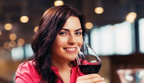 O que acontece quando você bebe uma taça de vinho todas as noites
