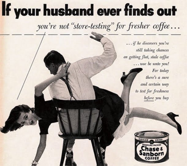 No anúncio, uma mulher apanha do marido após ele descobrir que ela não estava servindo o café correto