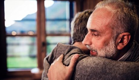 Abraços evitam doenças como depressão e ansiedade, diz estudo