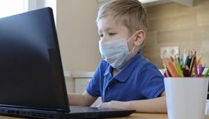 Hipocrisia a distância: a escola finge que está educando e os pais fingem que os filhos estão aprendendo