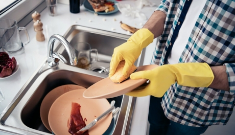 Lavar louça faz bem para a saúde e pode te ajudar a viver mais, diz estudo